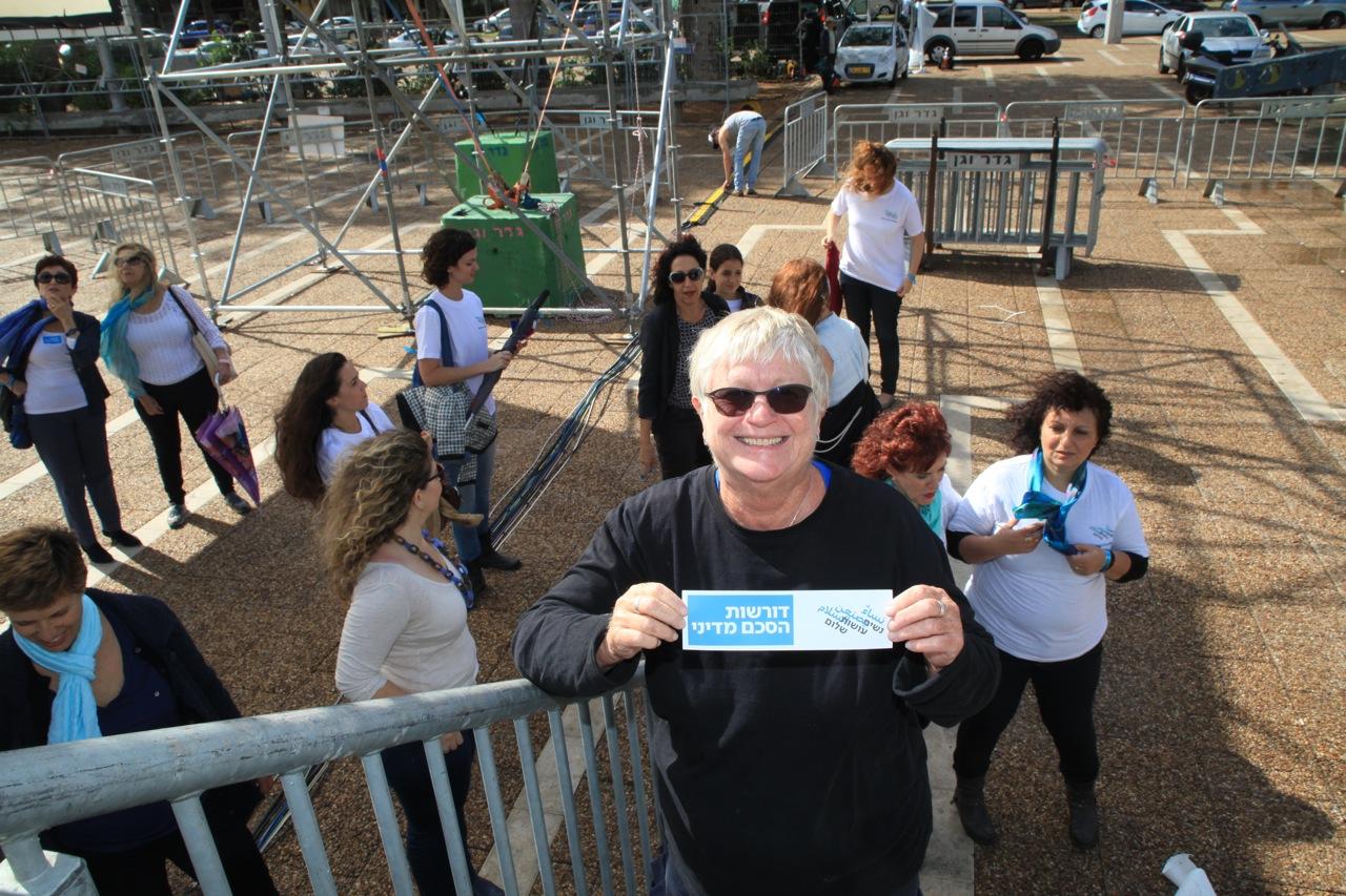 נשים עושות שלום בחזרות לעצרת הזכרון ליצחק רבין. צילום: בחזרות לעצרת, עם יעל אבקסיס, מנחת העצרת. צילום: Babylone El-Baze